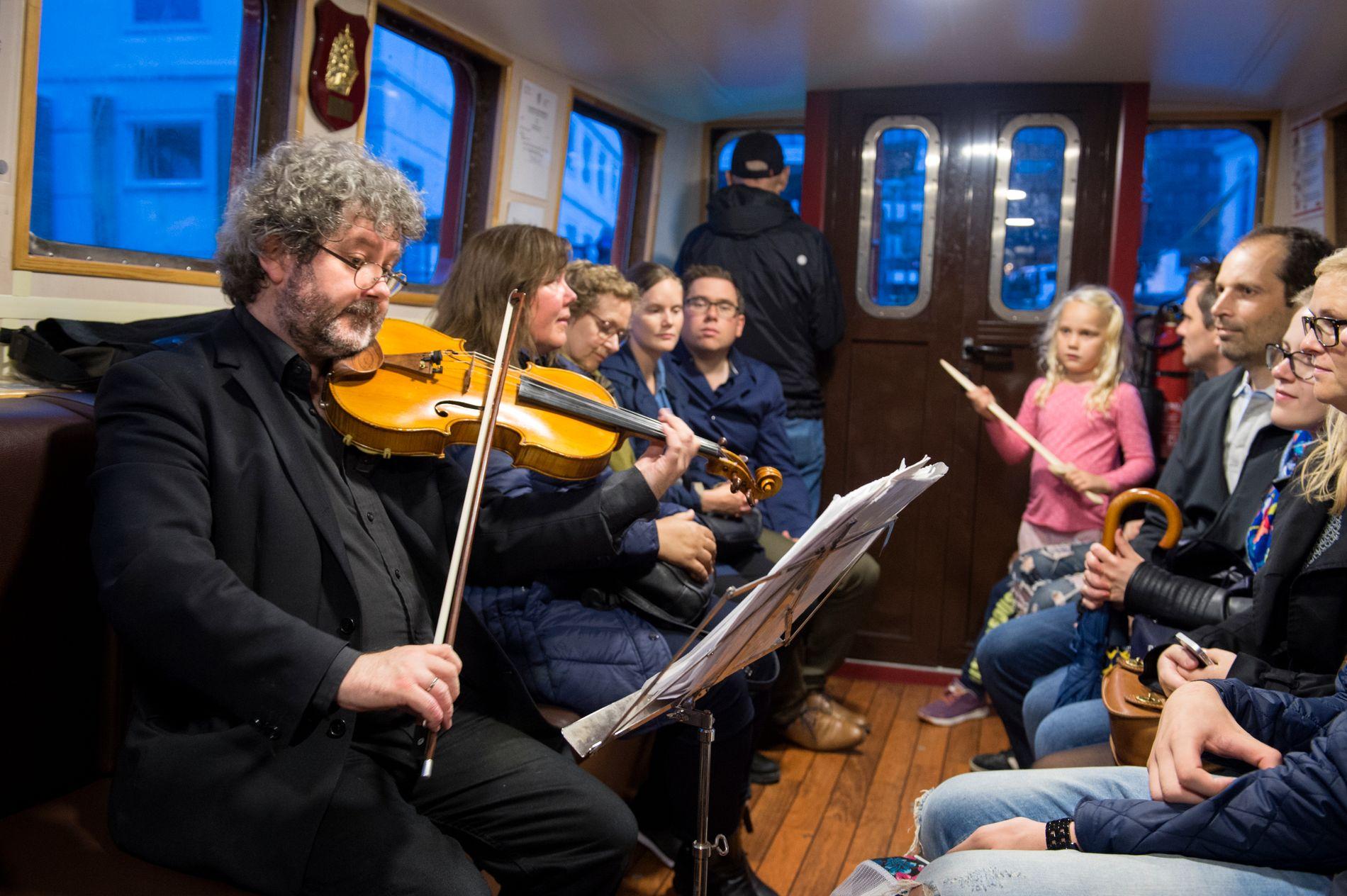 FAST INNSLAG: Hans Gunnar Hagen fra Harmonien spiller bratsj på Beffen også under årets Kulturnatt.