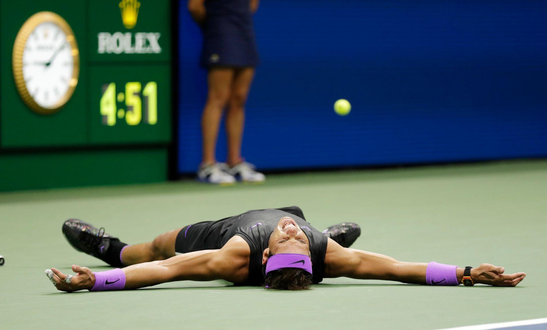 Rafael Nadal var helt slått ut etter nesten fem timers hard kamp mot Daniil Medvedev søndag på Arthur Ashe Stadium i New York.