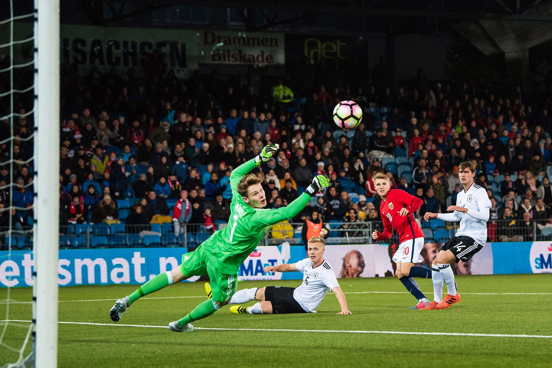 Martin Ødegaard setter inn 2–1 til Norge mot Tyskland.