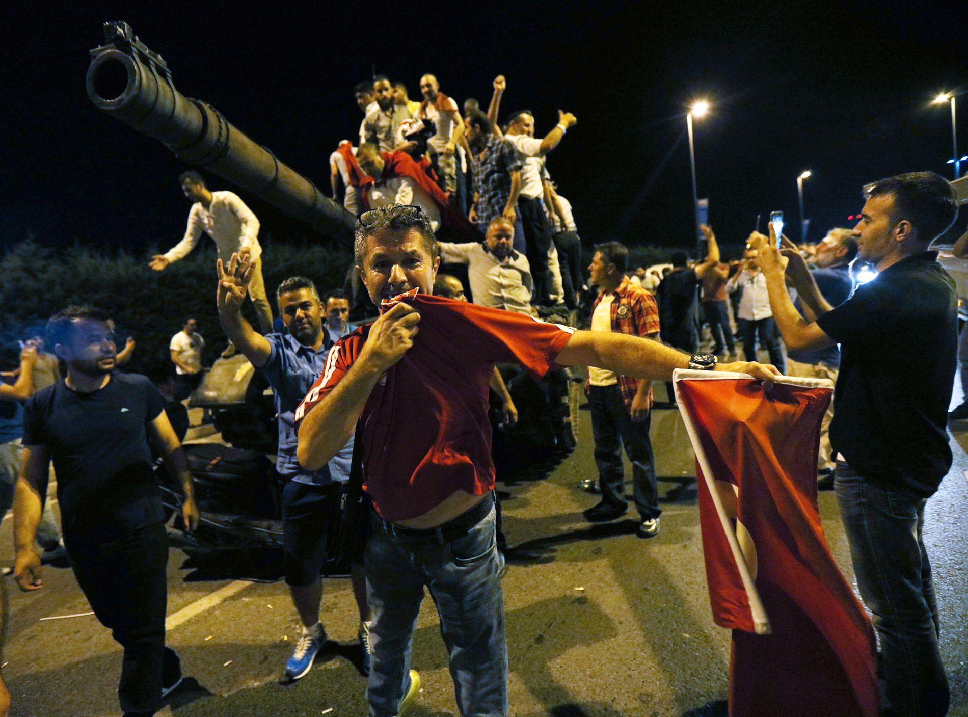 PÅ TANKS: Folk hadde inntatt en tyrisk tanks ved Ataturk flyplass i Istanbul natt til lørdag.