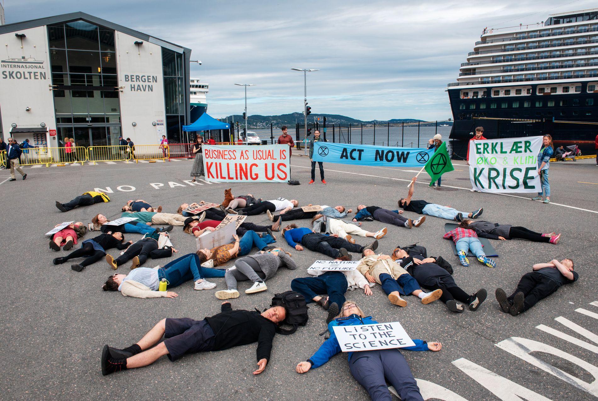 PROTEST: En gruppe aksjonister fra «Extinction Rebellion Bergen» protesterte mot cruisetrafikken i Bergen 12. juni. Innsenderen deler ønsket deres om å stramme inn vilkårene for cruisenæringen i Bergen.