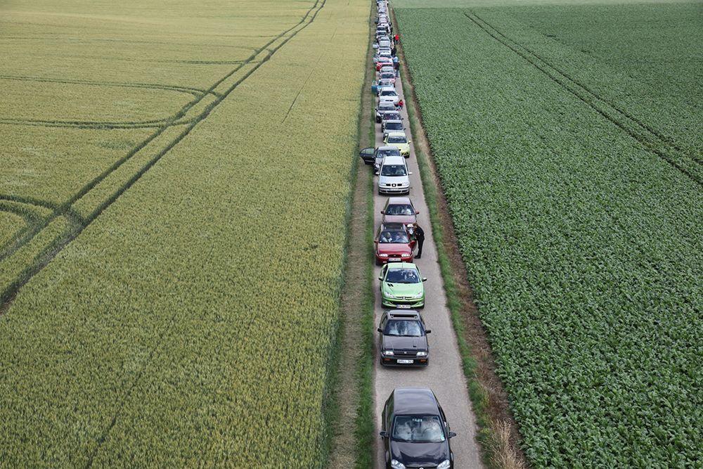KJÆRKOMMEN PAUSE: En iscenesatt bilkork utvikler seg til sosial jamsession i en av filmene til Johanna Billing.