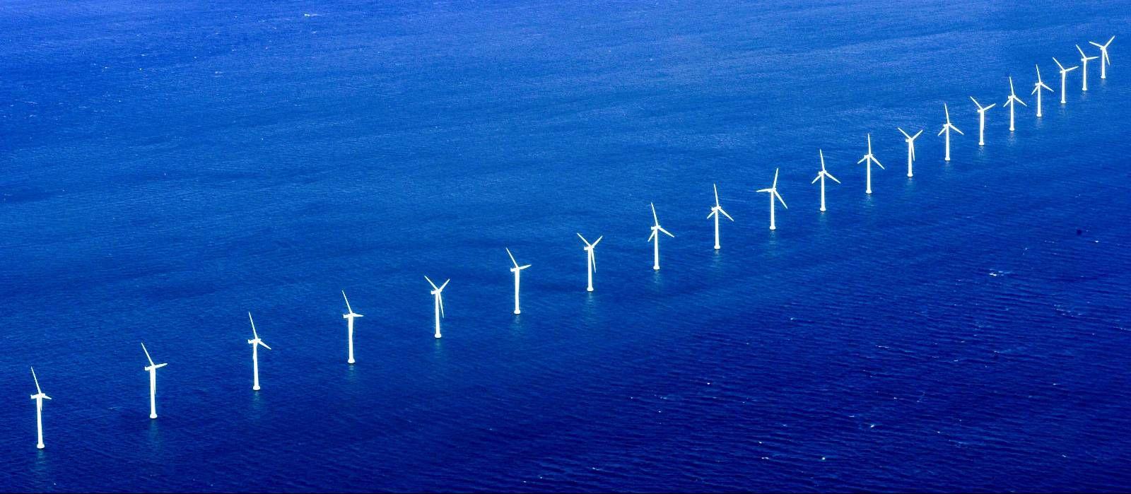 PÅ IS I NORGE: Det er ikke lenger planer om utbygging av havvind i Norge, men forskning pågår. I Storbritannia er situasjonen en helt annen, og der er man nå ledende i verden. I Danmark, hvor dette bildet er tatt, er det også store planer for utnyttelse av havvind.