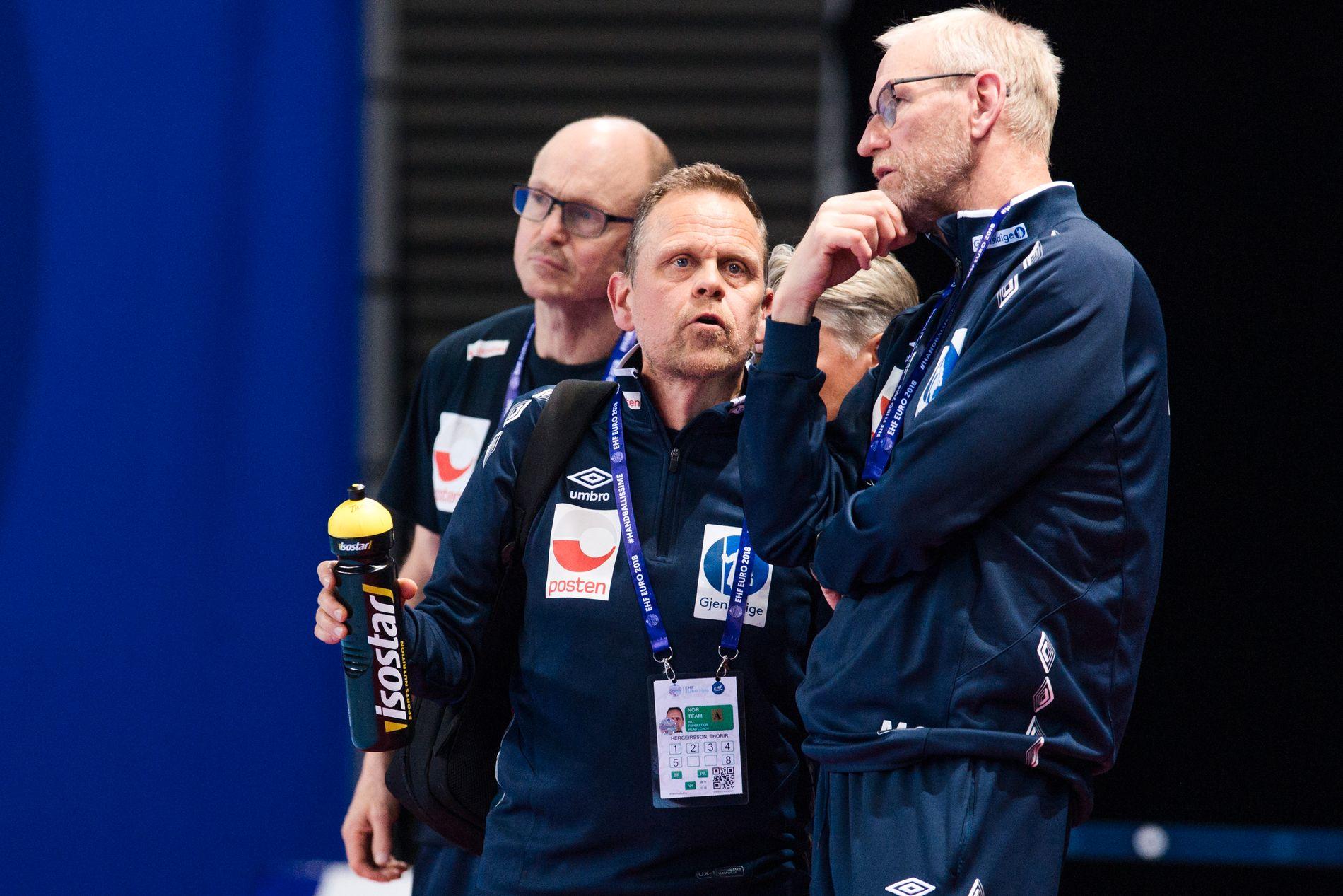 Keepertrener Mats Olsson var ikke nådig i sin dom etter kampen. Her i diskusjon med Hergeirsson under oppgjøret mot Tyskland.