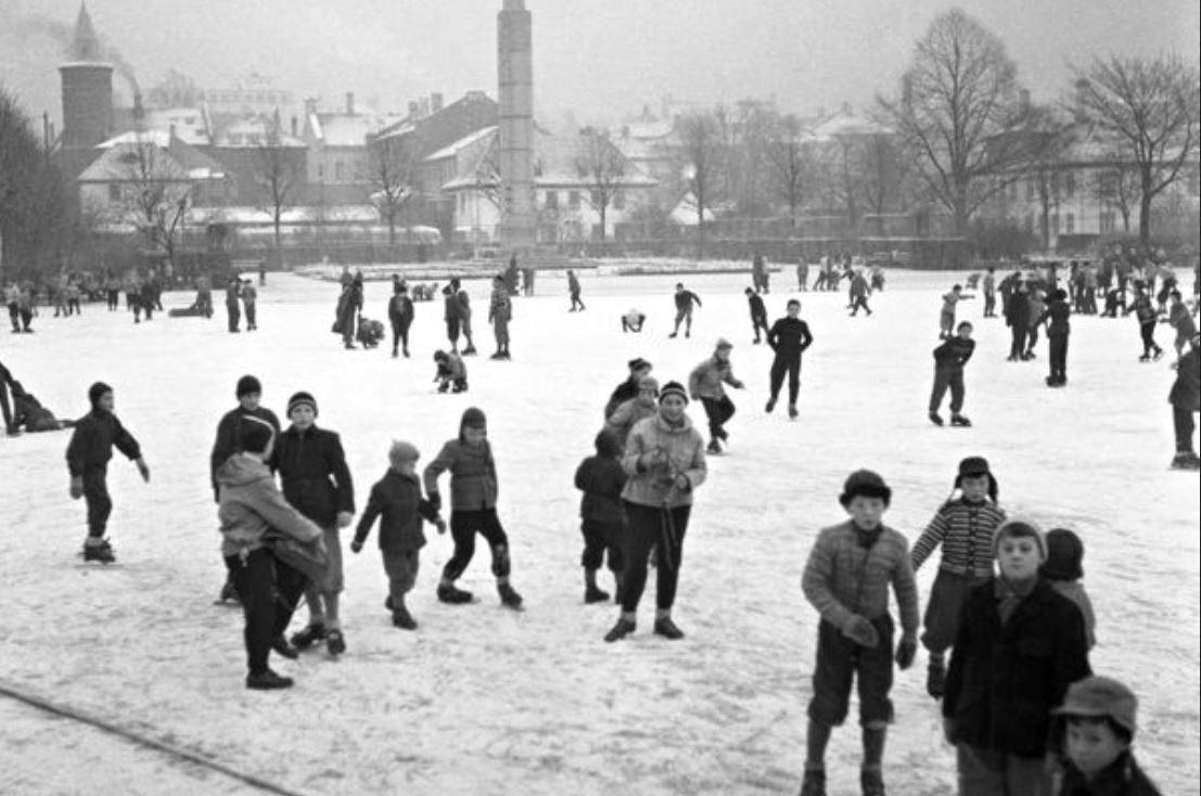 SKØYTER: På 1950-tallet var vinter ensbetydende med skøyteis på Festplassen. Her en stemning fra 4. januar 1955. Det var skoleferie fremdeles.