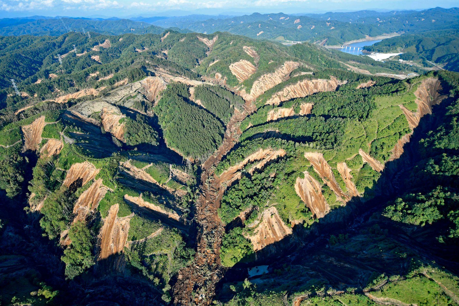 Bilder fra luften viser de mange skredene rundt og i Atsuma, utløst av skjelvet torsdag. Flere hus er begravd i jord, leire og stein.