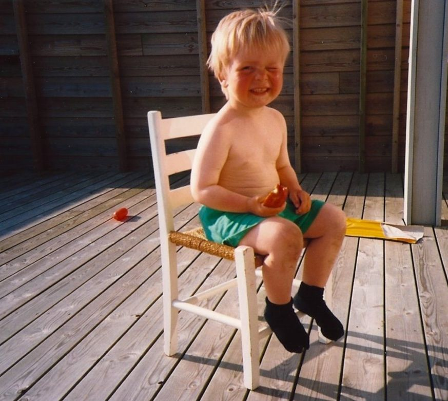 HØYDEPUNKTET: Mest av alt lengter jeg etter den følelsen av lykke jeg fikk første dag i hver sommerferie. Denne fantastiske følelsen av total frihet, skriver Daniel Bolstad- Hageland, som vi ser her på et barndomsbilde.
