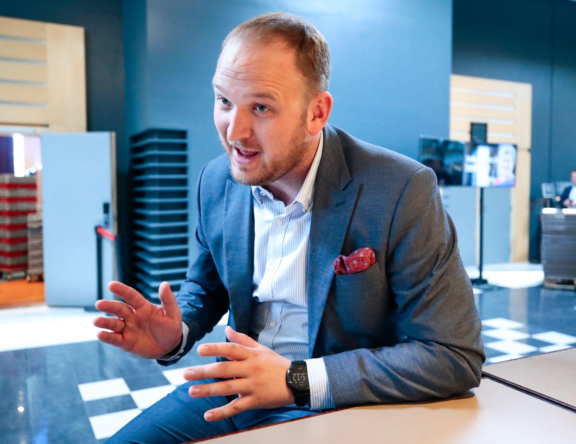 Samferdselsminister Jon Georg Dale vil ikke løse inntektssvikt i bompengepakkene med økte avgifter for bilistene. Foto: Lise Åserud / NTB scanpix