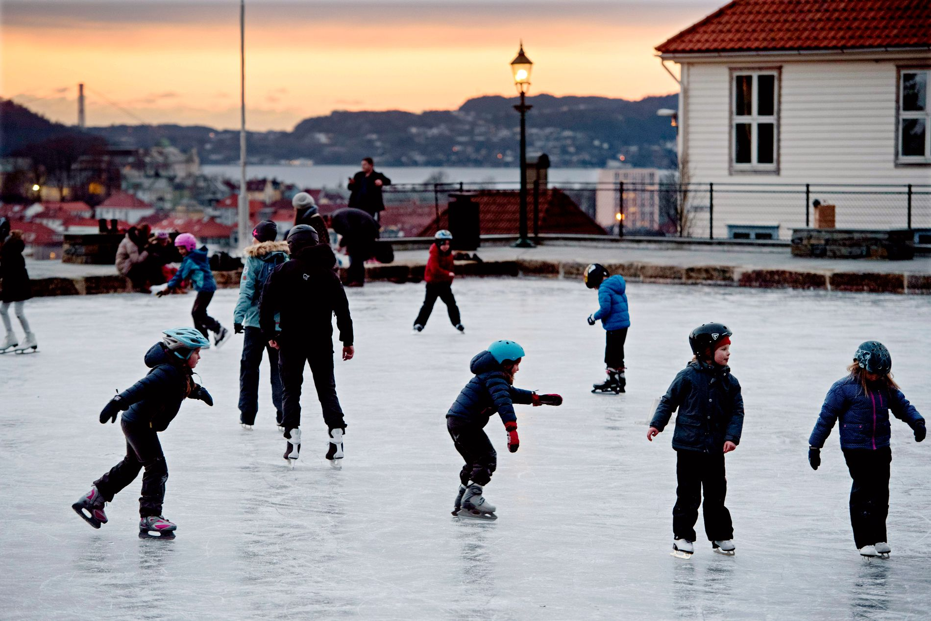 GRATIS: Skøyter er en aktivitet som kan være like morsom for både barn og voksne, skriver innsender. På Skansedammen er det full aktivitet på fine vinterdager.