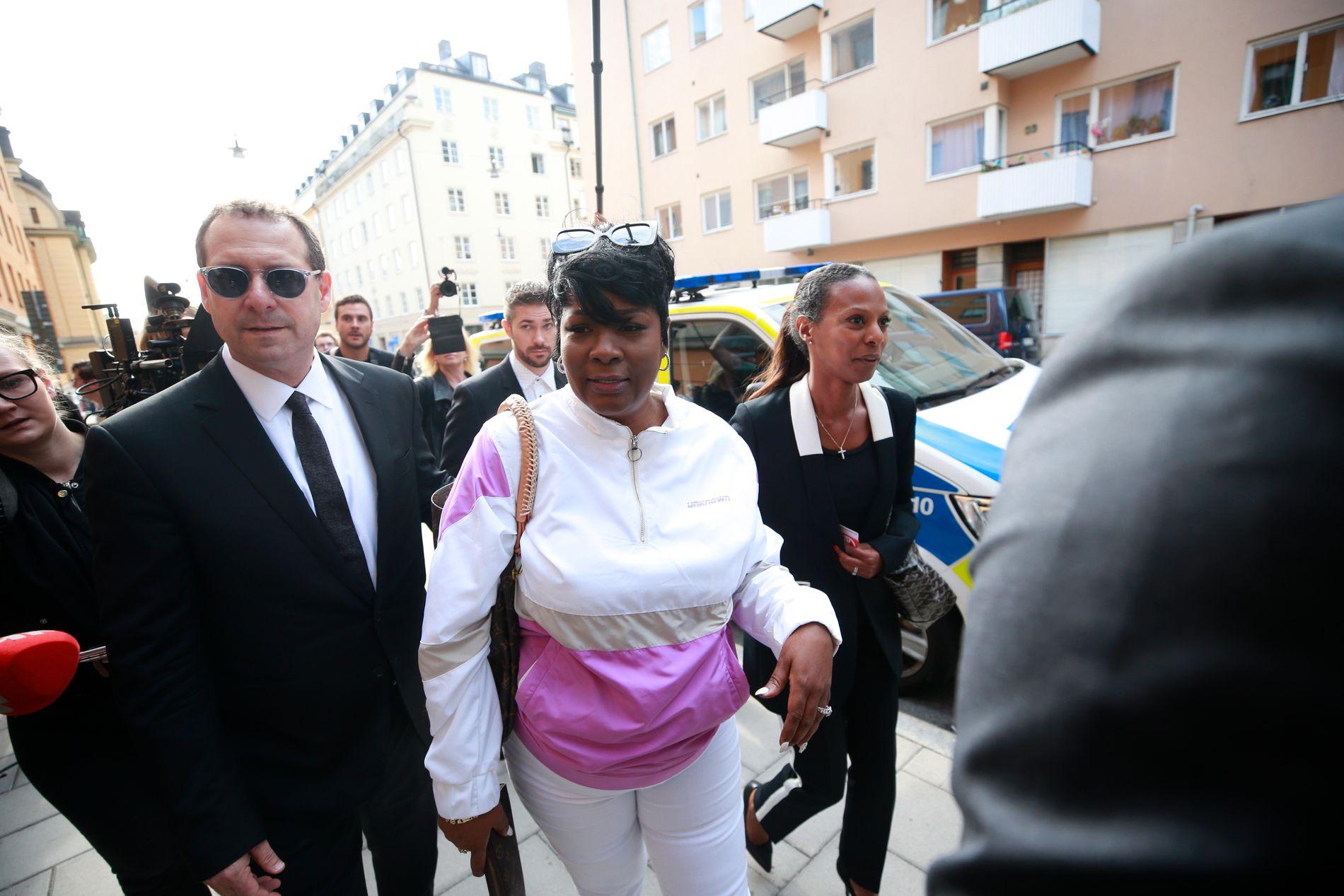 MOREN: Renee Black, rapperens mor, på vei inn til rettssaken. Sønnen er tiltalt for kroppsskade.