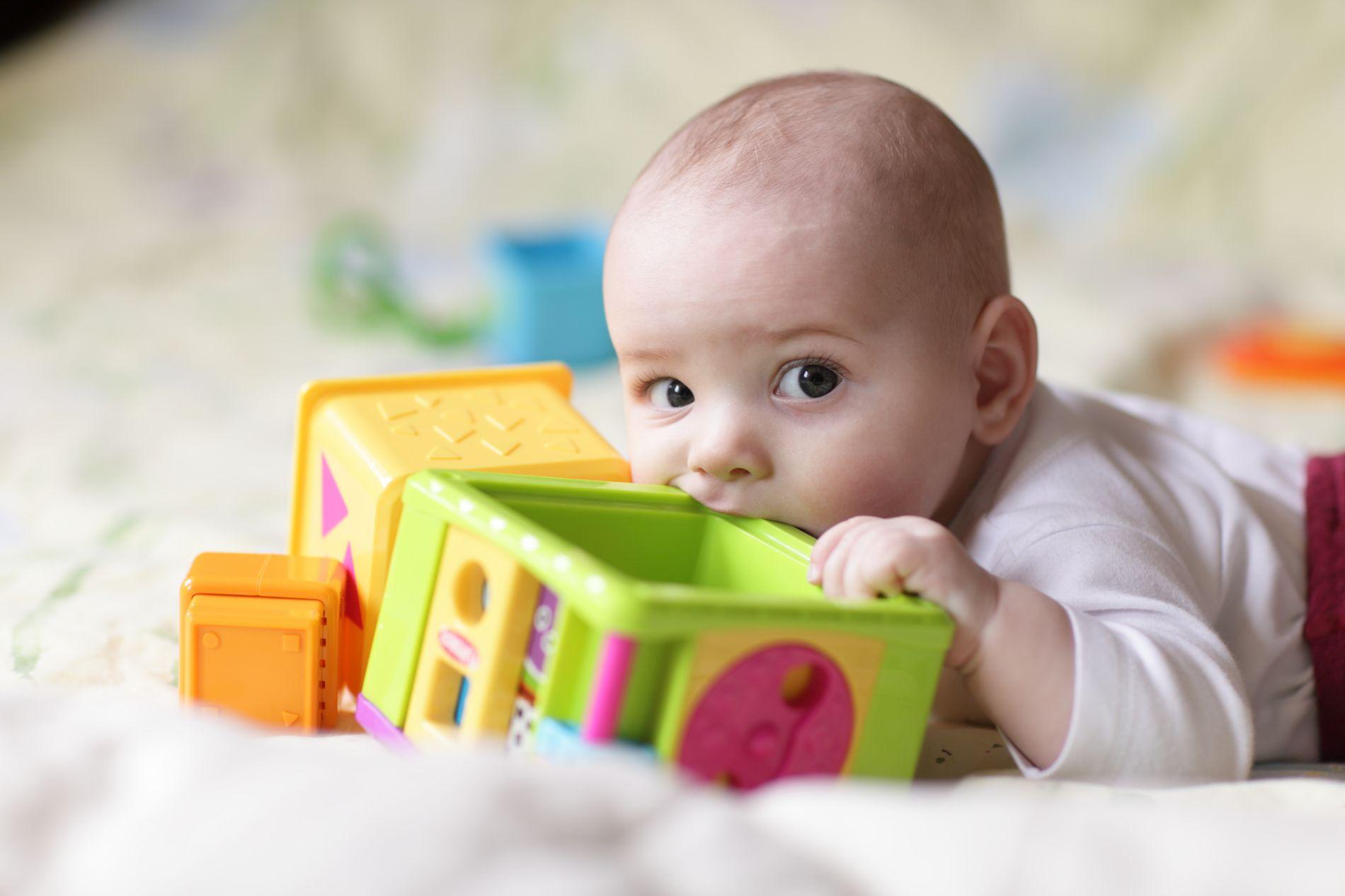INN I MUNNEN: Babyer utforsker verden ved å putte ting i munnen. Da er det viktig å vite at lekene er trygge.