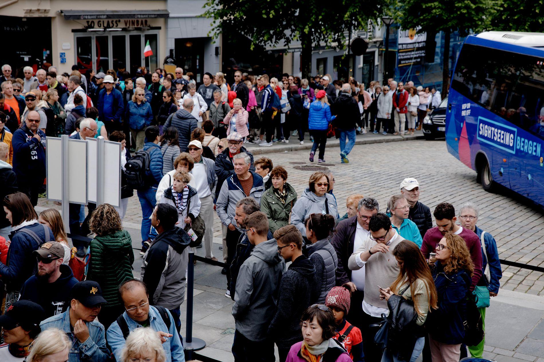 ENDELAUS KØ: Så lange var køane for å ta Fløibanen tysdag. Stiftelsen Bryggen vil ta inngangspengar til Bryggen like bortanfor for å få kontroll på hordane med turistar i høgsesongen.