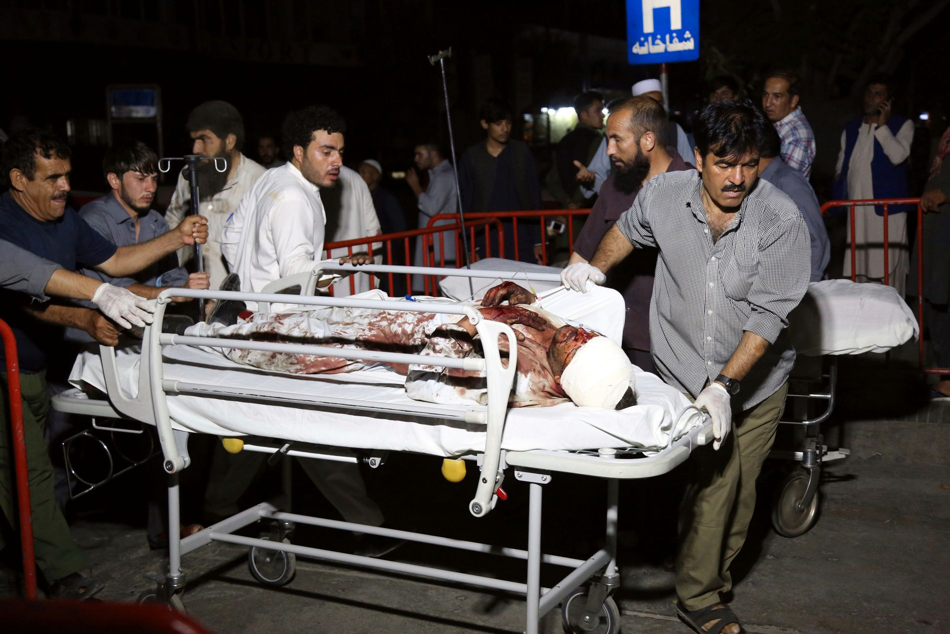 Over 30 mennesker er ifølge ubekreftede meldinger drept og 100 er såret i et Taliban-angrep ved et bygningskompleks der det bor mange utlendinger øst i Kabul. Foto: AP / NTB scanpix