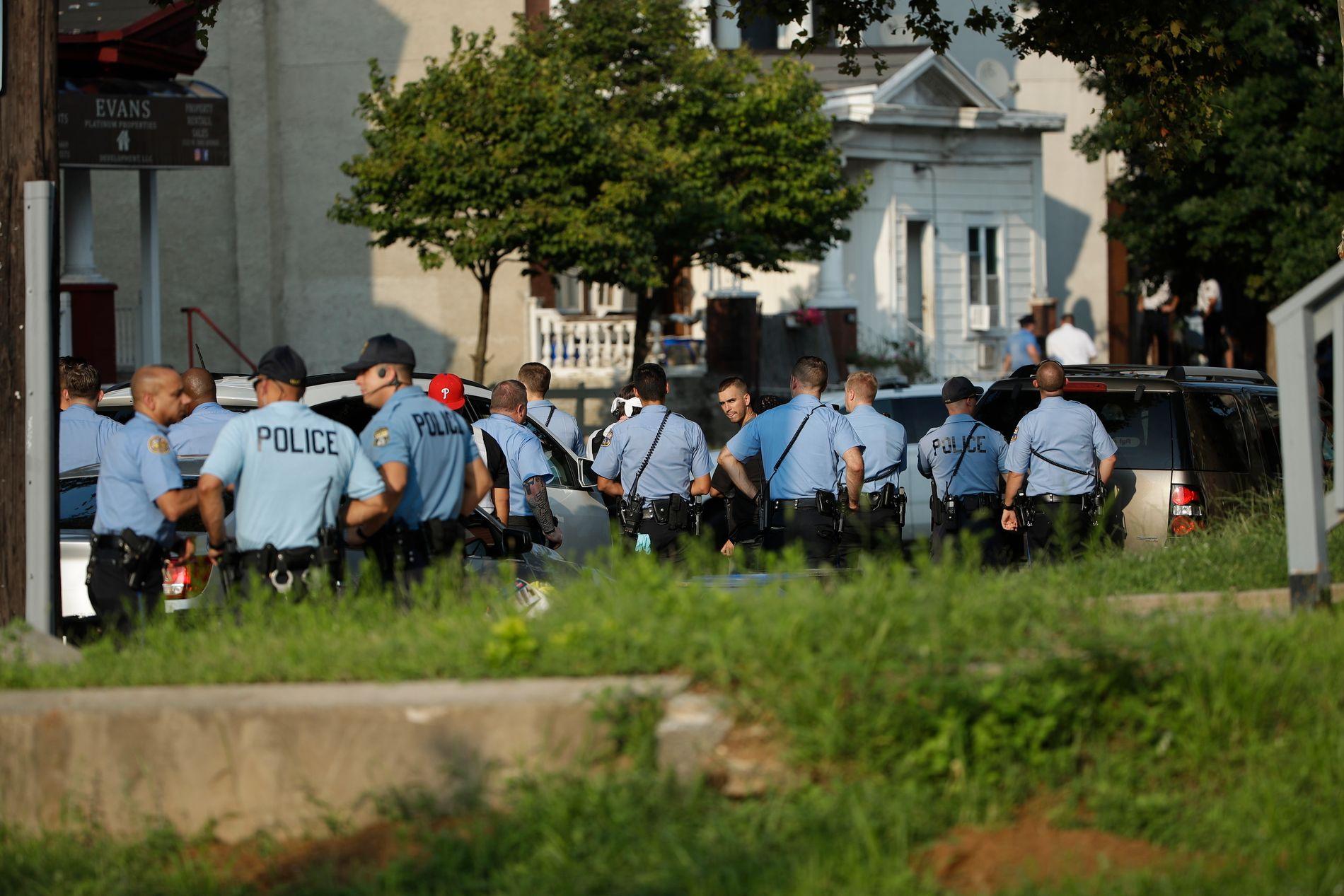 Politiet rykket ut i stort monn onsdag etter meldingen om at flere politifolk var skutt. Foto: Matt Rourke / AP / NTB scanpix