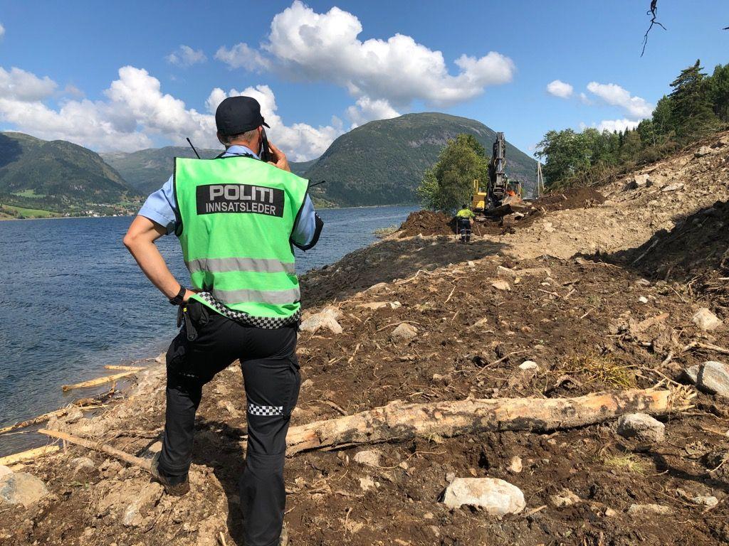 GRAVDE: En gravemaskin jobbet mandag flere timer i området der det kom utslag fra en metalldetektor. Ingen funn ble gjort.