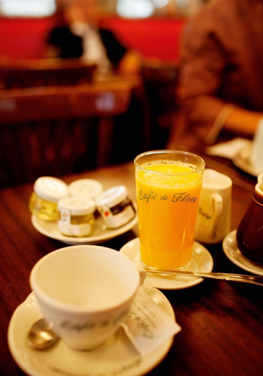 BLIR IKKE MER FRANSK: Café de Flore i Saint-Germain-des-Prés er en av byens mest berømte. Ta en kaffe eller frokost og se på det franske livet i gatene.