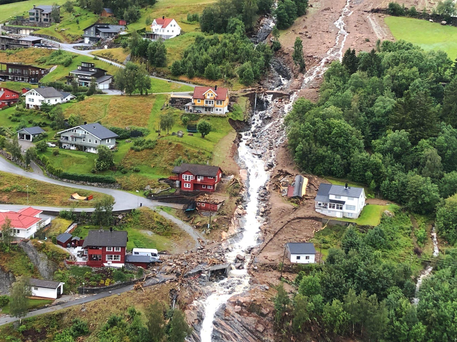 JØLSTER: «Klimakrisa vil bety meir tørke og meir nedbør. Det er ei oppskrift på fleire skred, slik som det som tok liv i Jølster», meiner Bergens Tidende.