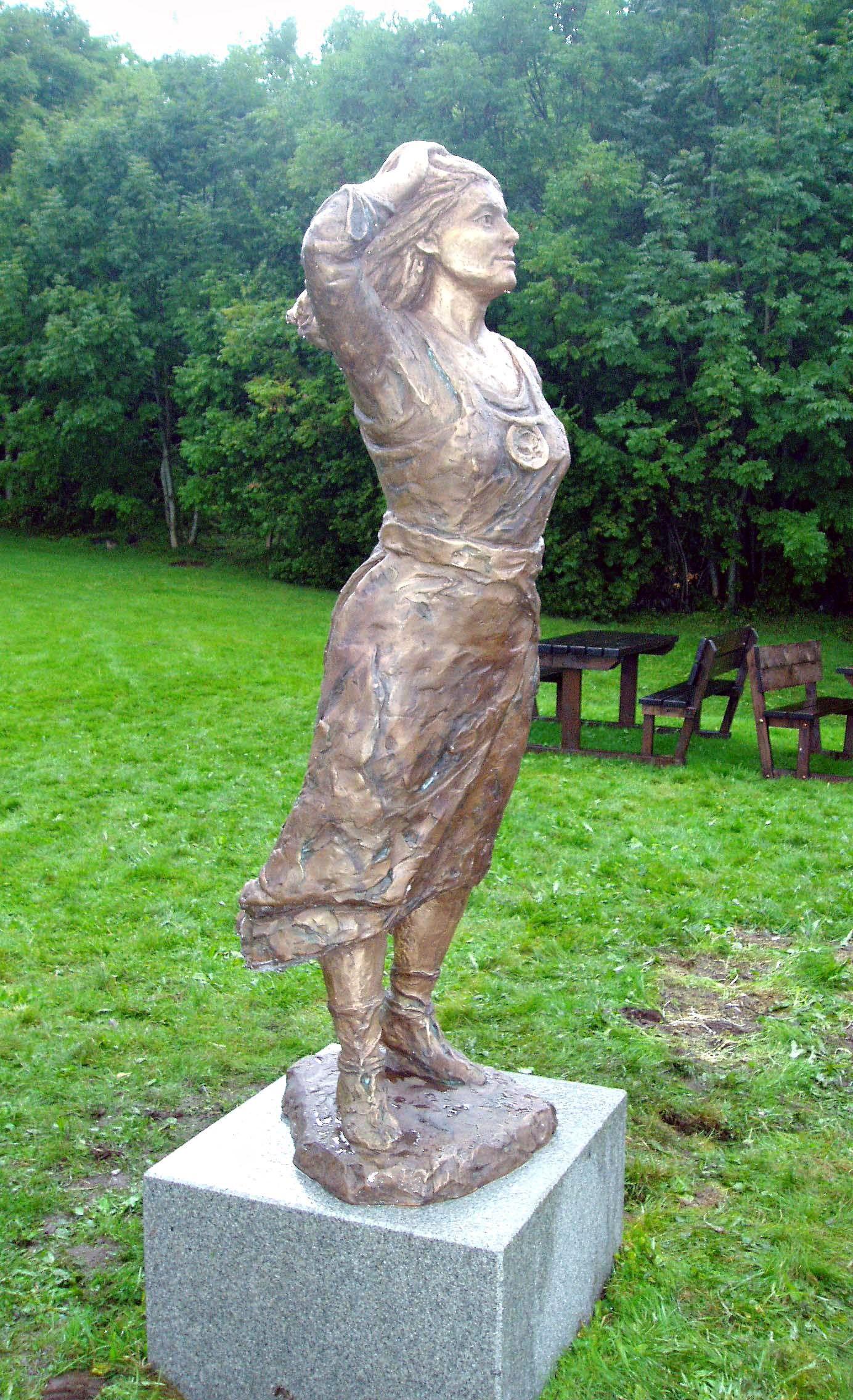 STATUE: Bronsestatuen av Tora Mostrastong ved Moster gamle kyrkje er laga av kunstnaren Arne Mæland og vart avduka i 2004.
