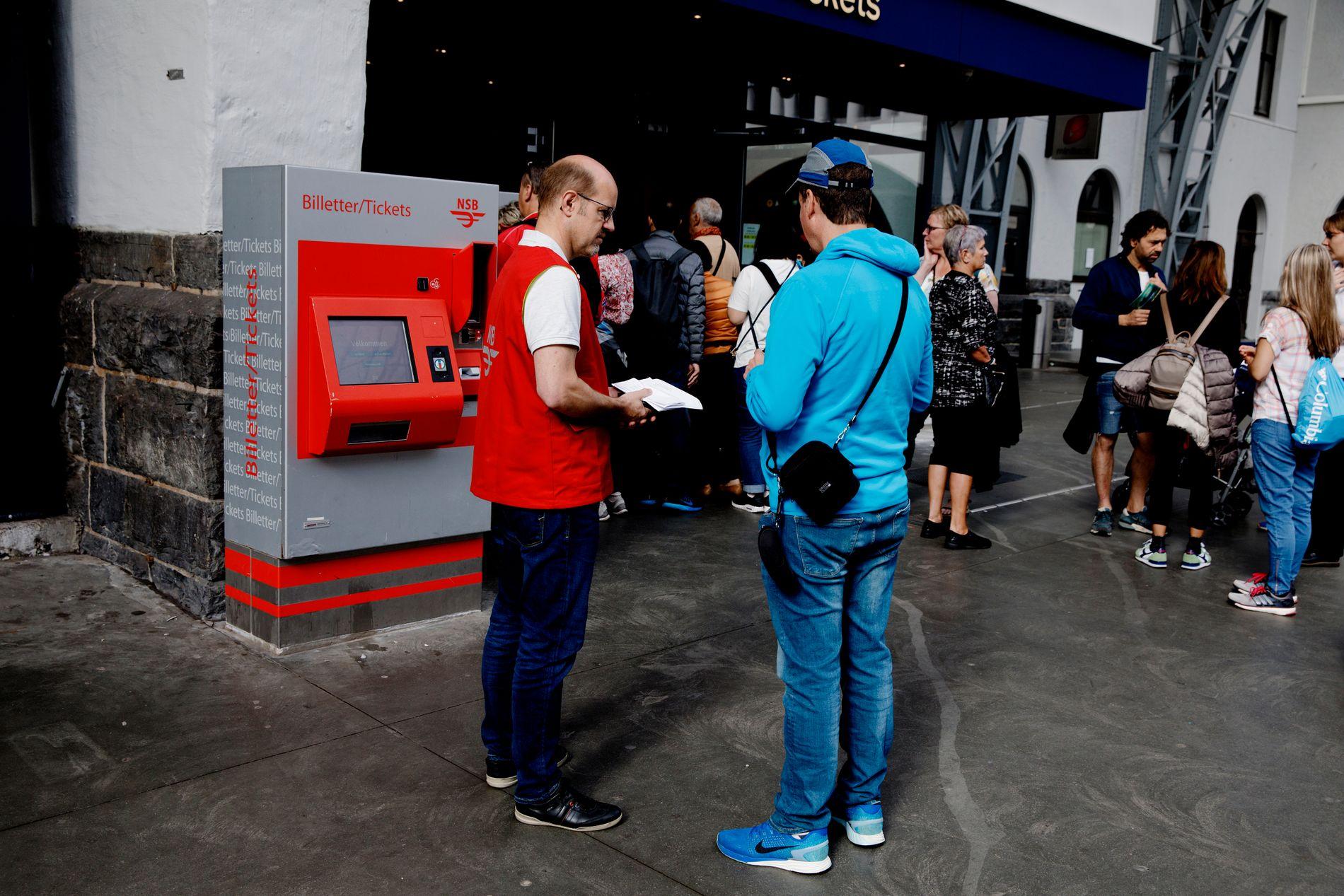 INFORMERER: Markedssjef Henning Lirhus hadde hendende fulle med å informere de mange turistene som hadde togbillett i retning Voss.