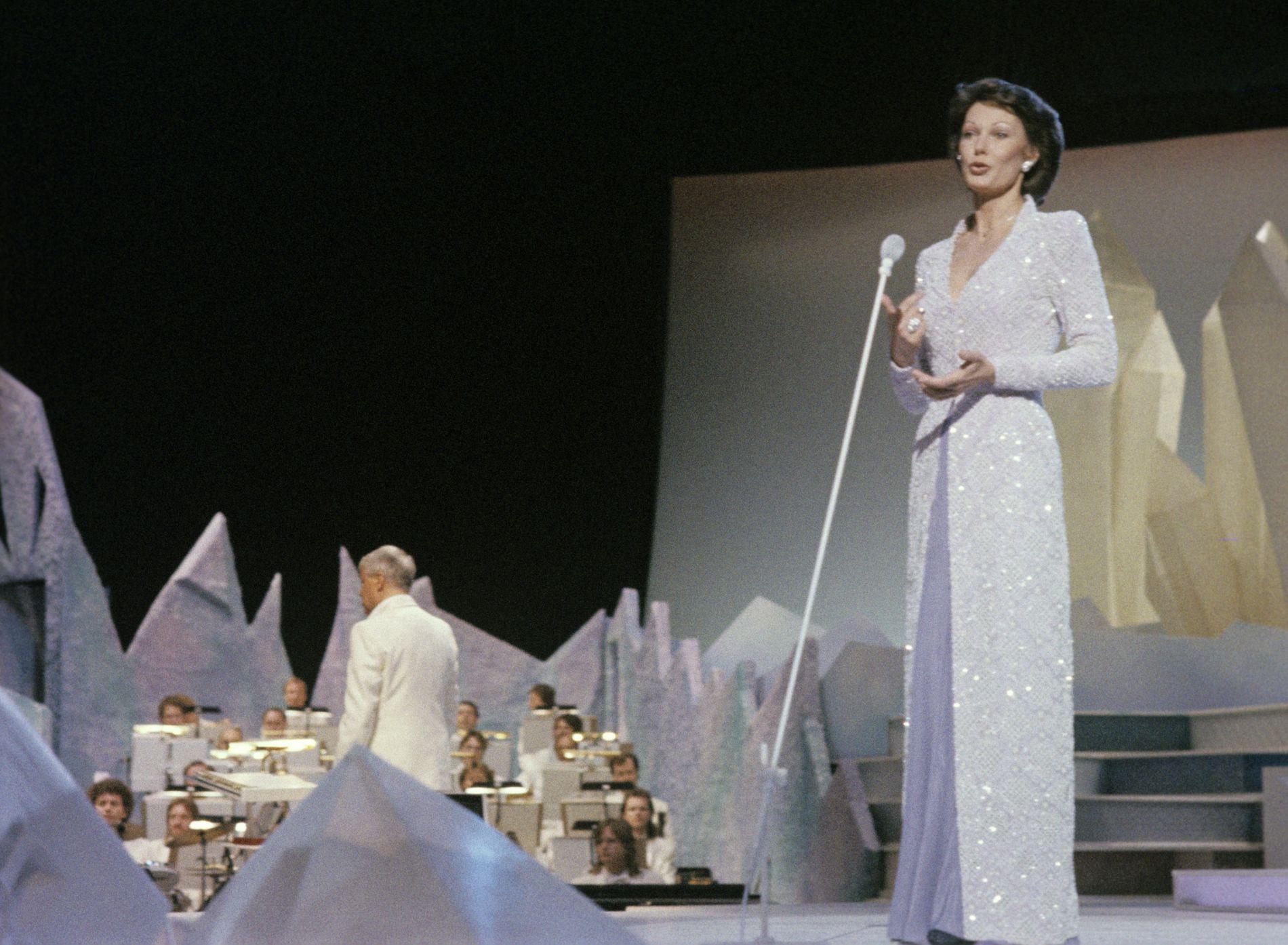 DEN GONG DÅ: I 1986 var Bergen stort nok til at NRK kunne arrangere Eurovision Song Contest her. I 2020 er byen for liten for ein regional delfinale. Her er programleiar Åse Kleveland i aksjon.