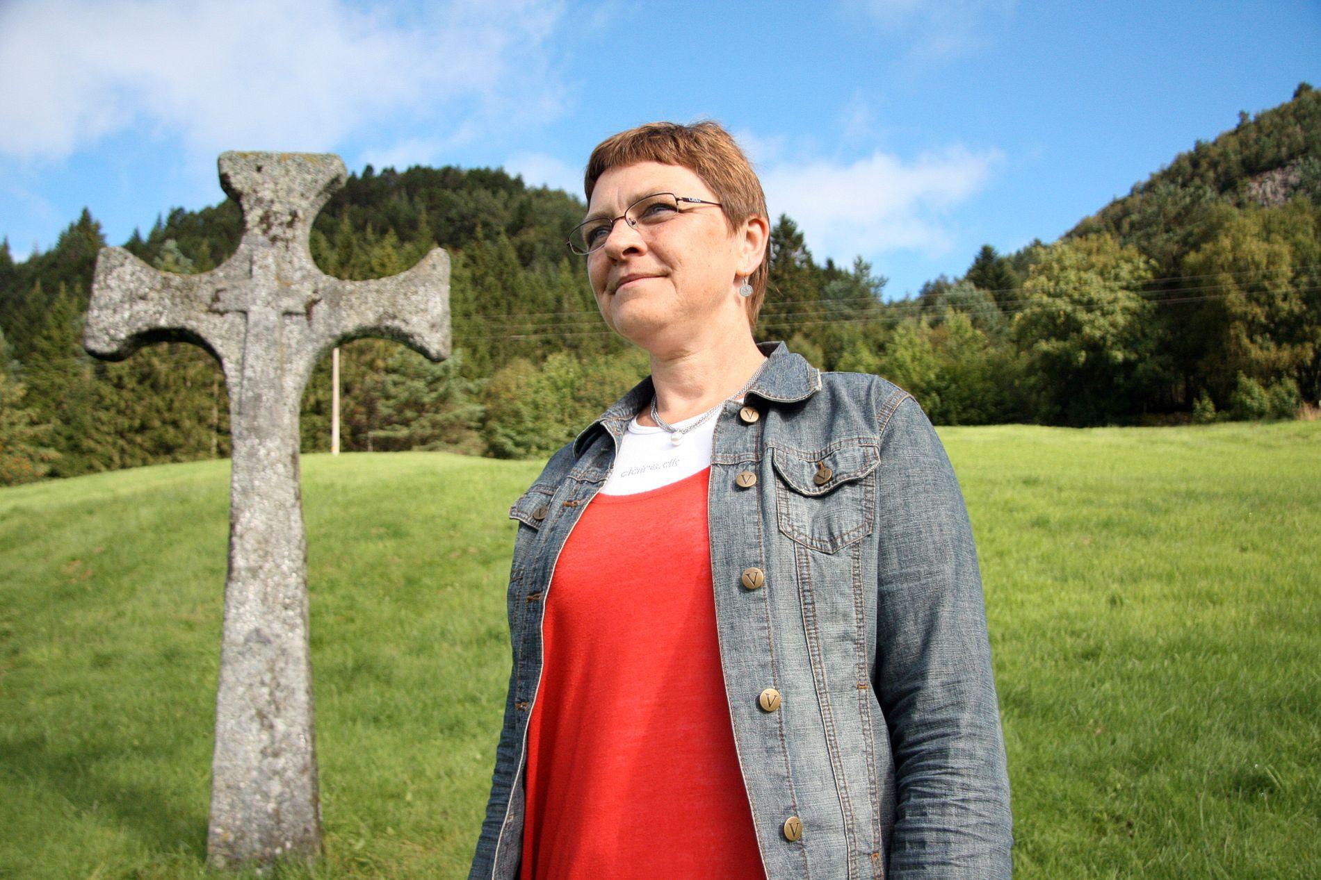 - TRAGIKOMISK: Kirkeverge Trude Brosvik er ikke helt sikker på hvem som eide det historiske steinkorset da det ble knust av et tre. Her avbildet sammen et annet steinkors. ARKIVFOTO: TOR KRISTIANSEN
