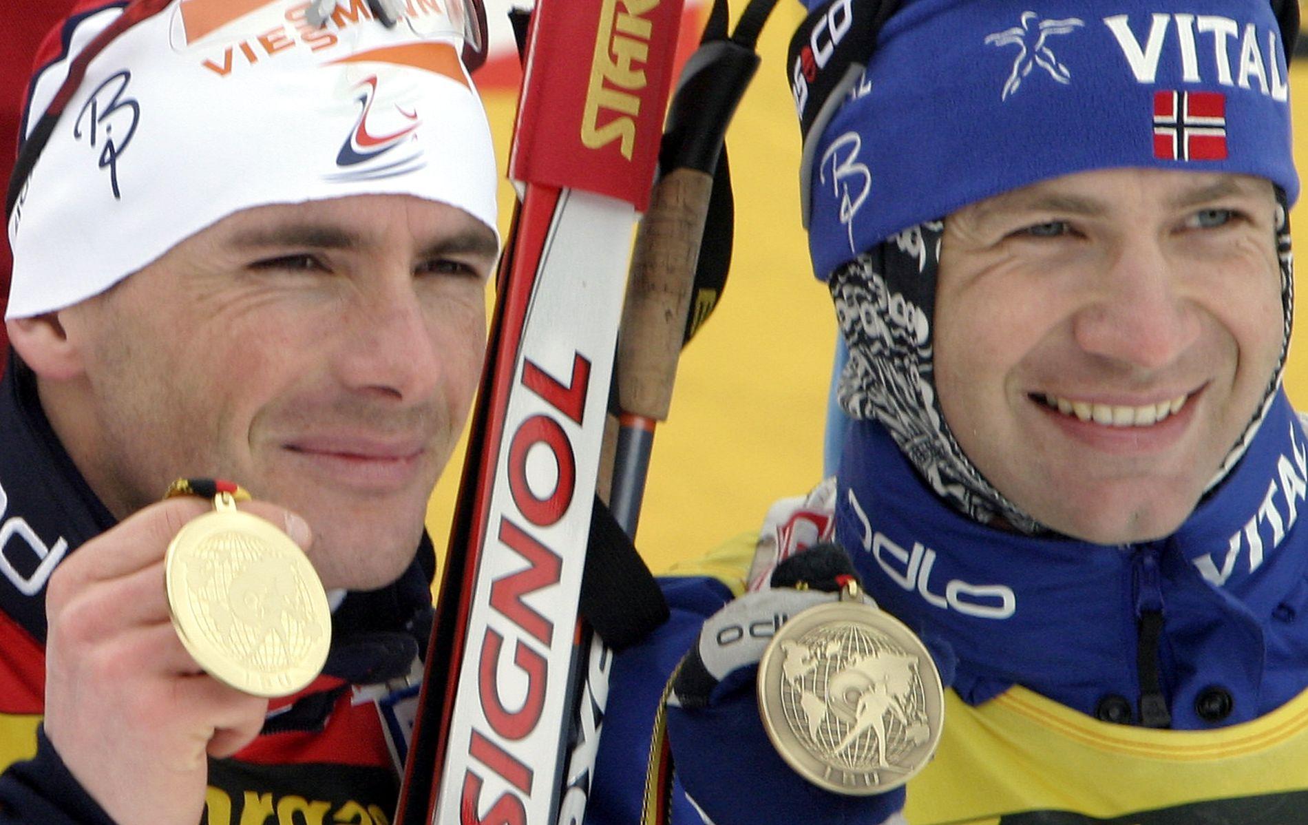 Raphaël Poirée og Ole Einar Bjørndalen dominerte skiskyttersporten i mange år. Her poserer de etter 20-kilometeren under VM i Oberhof i 2004. Poirée tok gull, mens Bjørndalen tok bronse.