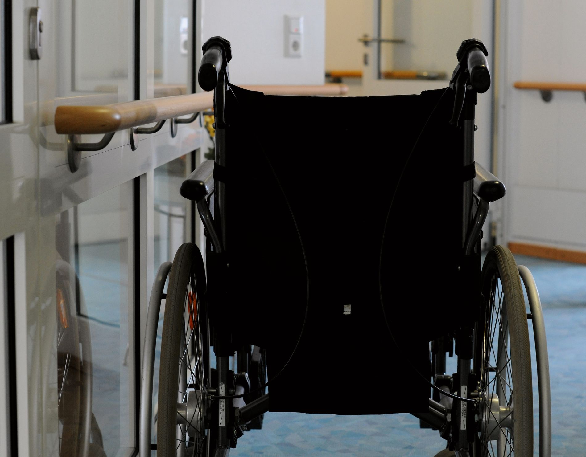 UTE AV TIDA: Bakgrunnen for at døden har blitt fjernare er ikkje berre moderne medisin og airbagar. Det kjem òg av at me har outsourca omsorgsarbeidet, akkurat som me har outsourca barnepass til barnehagane, skriv gjestekommentator Ingebjørn Bleidvin.