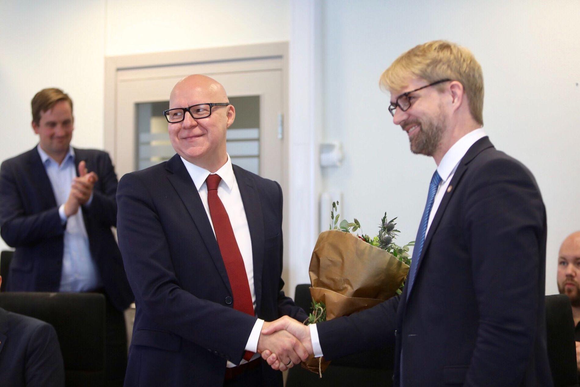 NYTT ANSIKT: Bare to måneder før valget, får byrådet i Bergen et nytt tilskudd. Byrådsleder Roger Valhammer ønsker her Rune Bakervik velkommen.