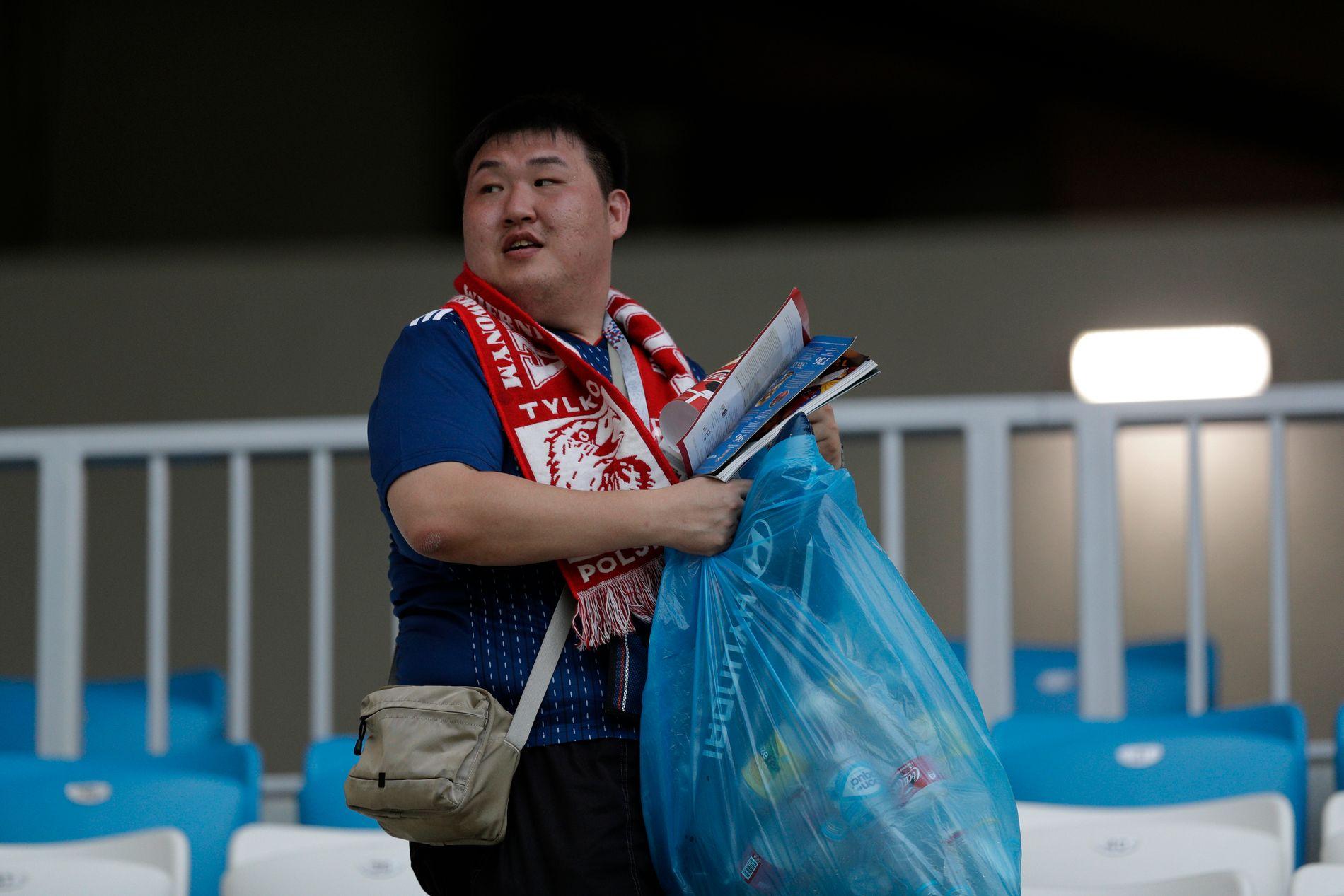 Også etter Japan-Polen plukket supportere opp søppel.