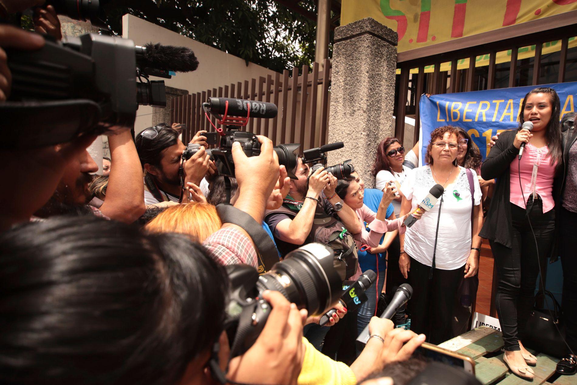 Dommeren i saken mener at det ikke finnes noen beviser for at Evelyn Hernandez (21) drepte barnet sitt. Barnet ble født dødt. Foto: AP / NTB scanpix