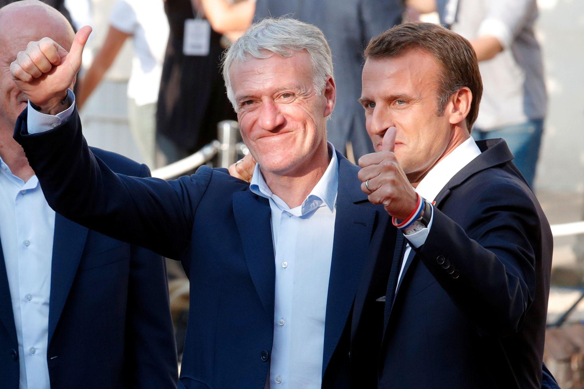 Frankrikes president Emmanuel Macron (t.h) er åpenbart en viktig mann i hjemlandet, men akkurat nå er nok mannen til venstre enda mer populær. Didier Deschamps har ledet Frankrike til to VM-gull - ett som kaptein i 1998 og ett som trener denne sommeren.
