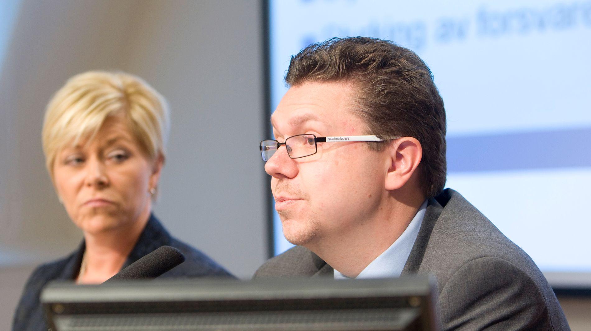 VEMODIG: Frp-leiar Siv Jensen meinte det var «vemodig» at Ulf Leirstein melder seg ut av Frp. Her legg dei saman fram Frp alternative statsbudsjett i 2009.
