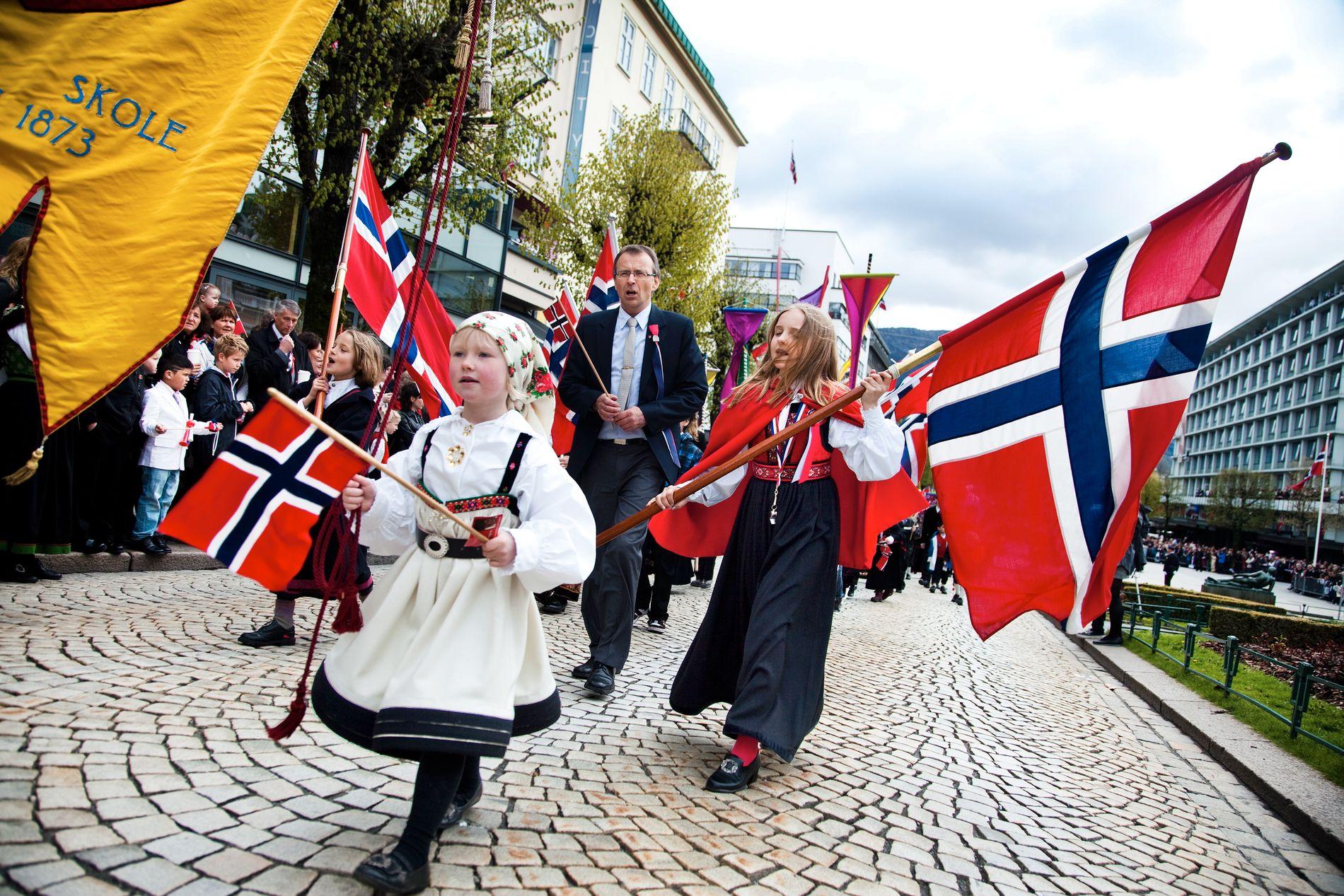 VUNNET FOR BESTE FLAGGTOG: Ifølge Jan Wilhelm Werner har St. Paul skole vunnet for beste flaggtog tre ganger de siste 10–15 årene. Han begrunner det med orden i toget, sang, hurrarop, vimpler og få voksne.