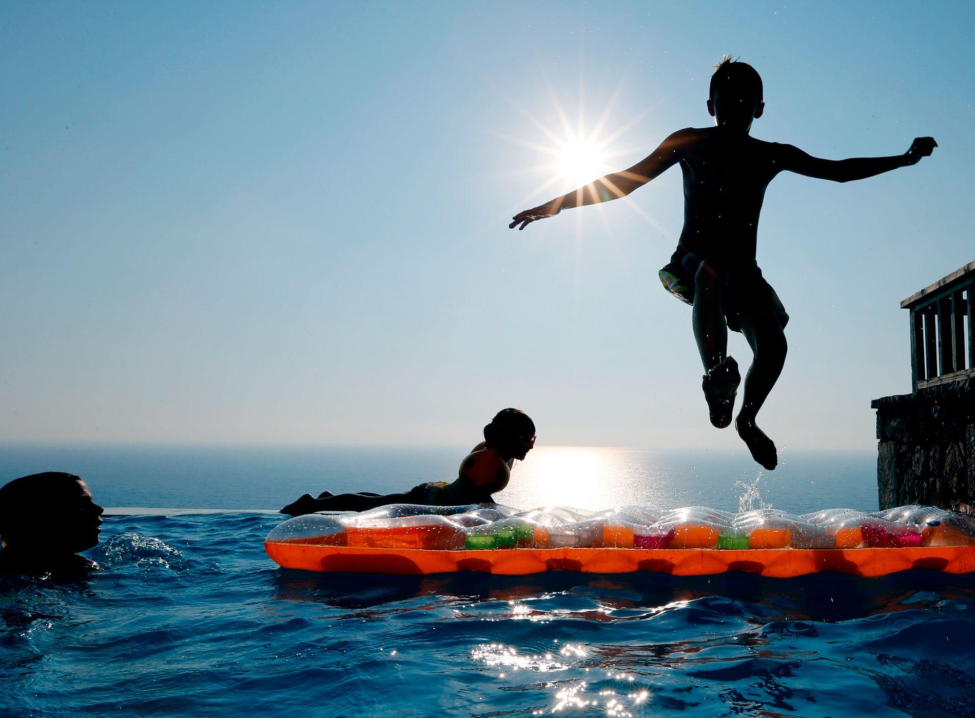 FARLIG MORO: I fjor omkom nesten like mange av drukning som i trafikken. Bergens Tidende etterlyser bedre svømmeopplæring på lederplass.