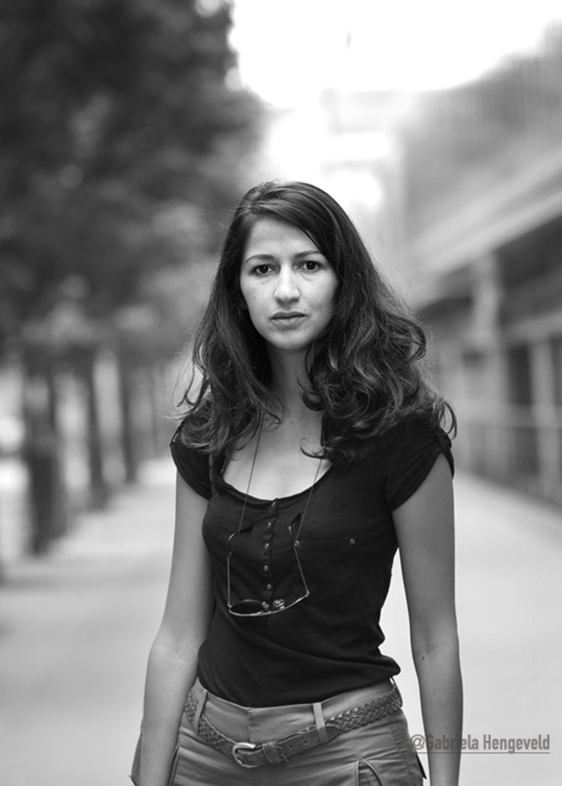 OVERLEVDE: Journalist Zineb El Rhazoui overlevde terroristangrepet mot Charlie Hebdo. I denne artikkelen skriver hun om sine venner og kollegaer i avisen.  FOTO: GABRIELA HENGEVELD