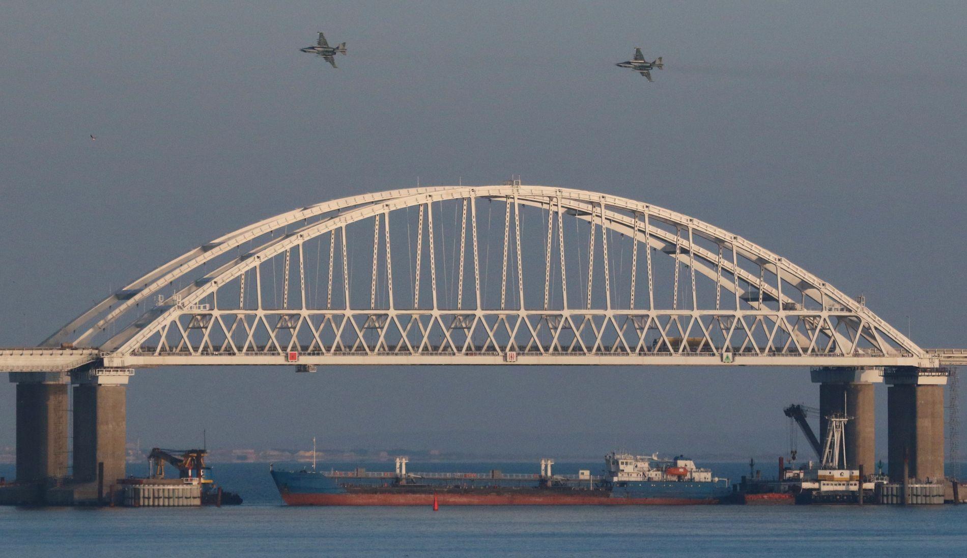 SPERRA HAVET: Eit russisk tankskip, støtta av marinefartøy og jagarfly, sperra søndag tilgangen til Azovhavet, utanfor den ukrainske kysten.