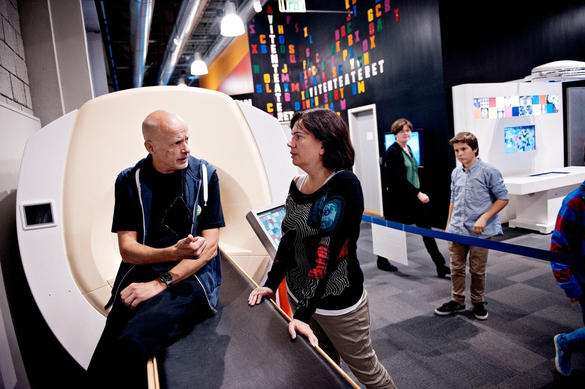 FORSKER PÅ HJERNEN: Professor Kenneth Hugdahl jobber mye med å skanne hjernen. Her sammen med genforsker Stephanie Le Hellard på en utstilling på Vil Vite i 2012.