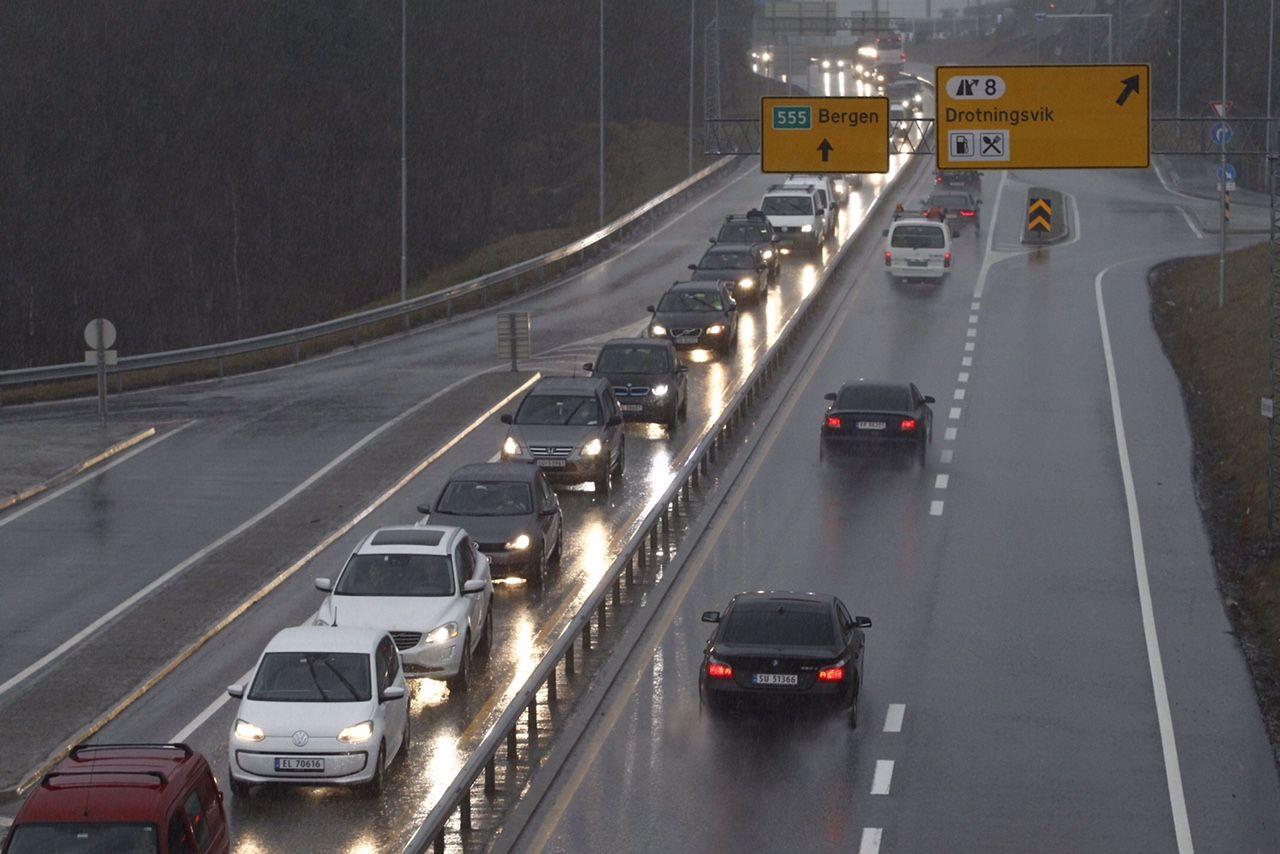 UTSATT: Både Sotra- og Askøybrua i Hordaland står i fare for å bli stengt fredag, i likhet med mange andre bruer. Ved 13-tiden var det lange køer til Sotra.