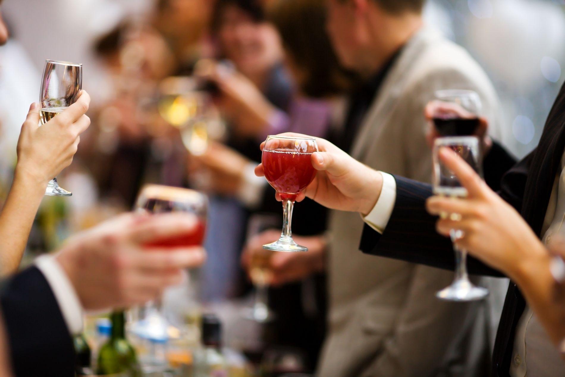 UBEHAGELIG: Arbeidslivet er en arena der alkoholproblemer kan oppdages, og forebygges. Det er ikke lett å snakke om alkoholvaner med andre, men som leder kan det likevel være din plikt, skriver Sonja Mellingen.