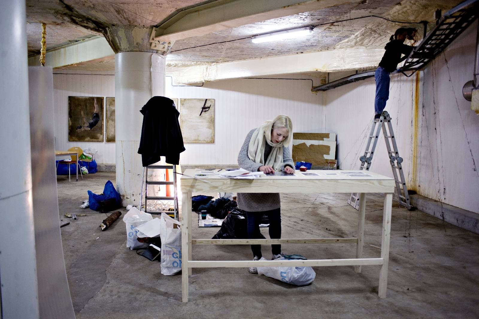TYVSTART: Studenter ved Kunst- og designhøgskolen i Bergen installerte seg i et hjørne i første etasje i helgen.
