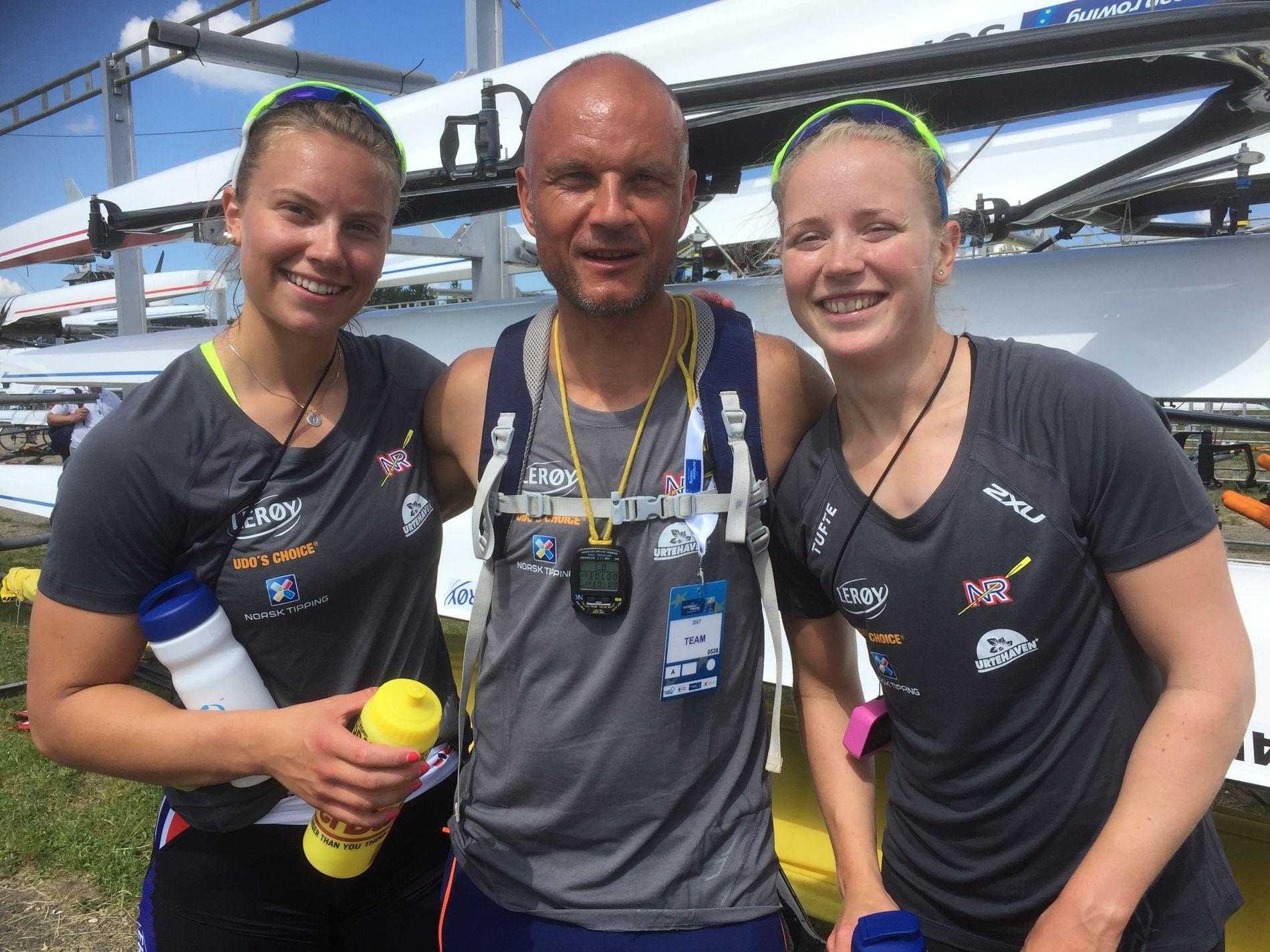 Suksessjentene sammen med trener Johan Lidberg. Thea Helseth (t.v.) og Marianne Madsen.