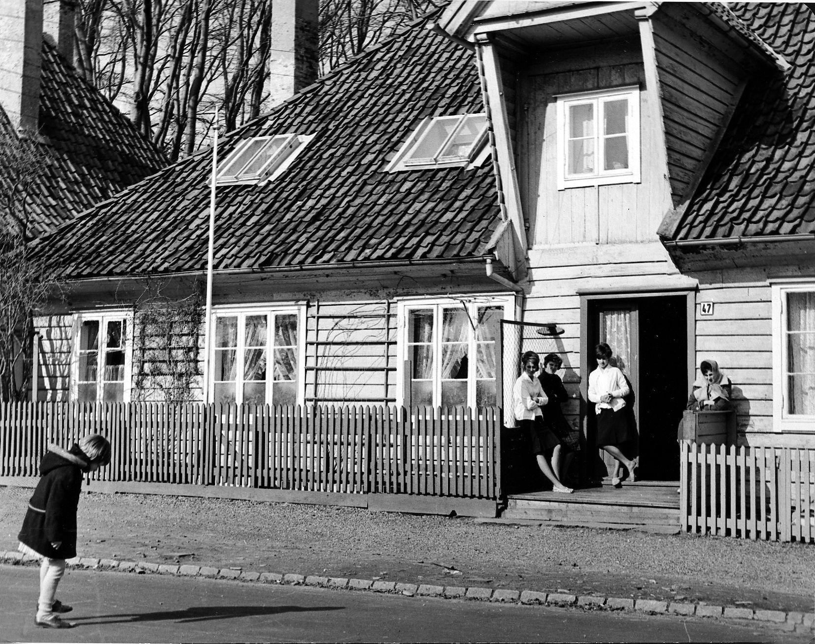 PÅ TRAPPEN: Da folk hadde det trangt inne, foregikk mye av det sosiale livet ute på fortau og i gaten, skriver innsenderen.