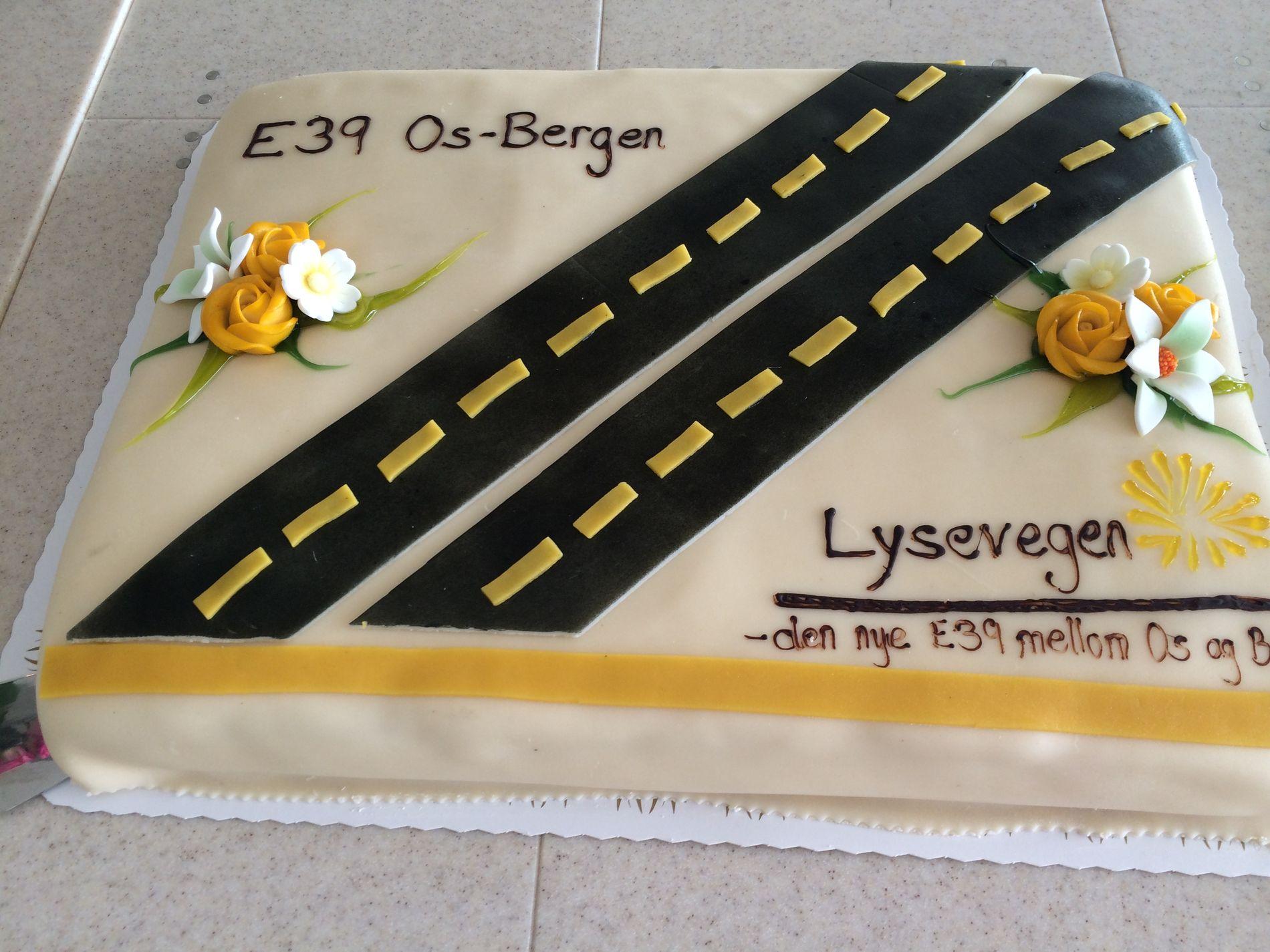 FEST: Den nye veien mellom Bergen og Os ble feiret med kake på pressekonferansen på  Os fredag.