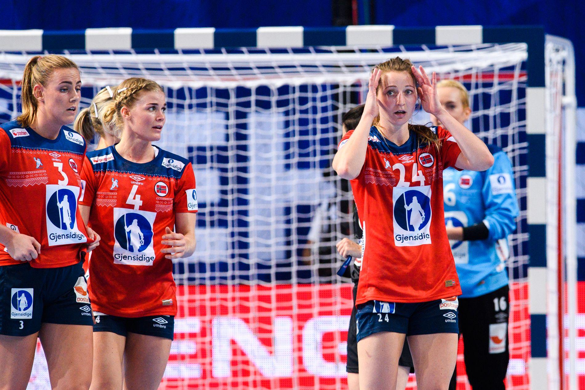 Ikke til å tro. Sanna Solberg tar seg til hodet. Emilie Hegh Arntzen og Veronica Kristiansen er heller ikke i perlehumør.