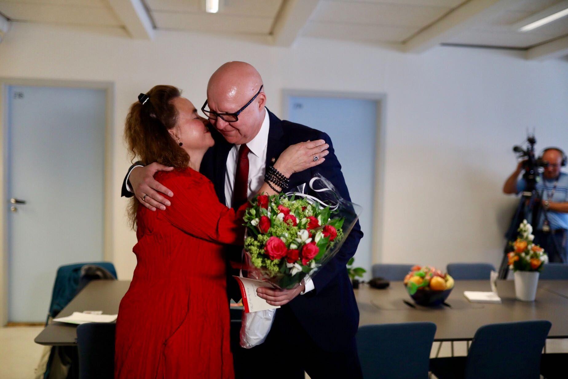 GÅR AV: Anna Elisa Tryti ga fra seg nøkkelen til kontoret til Rune Bakervik mandag formiddag.