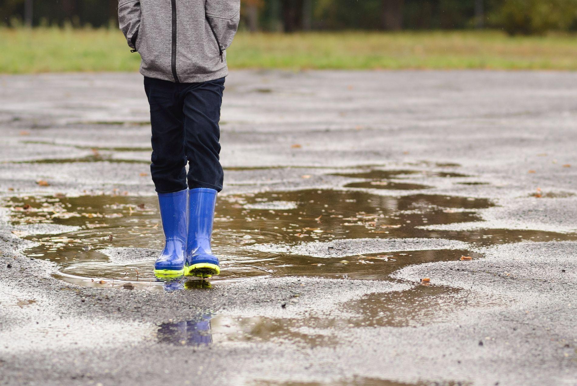 UTETVANG: Det hjelper ikke om det er tre grader, regn og piskende vind. Ut skal elevene. De voksne, som kan velge selv, sitter inne – med unntak av dem som er satt opp på inspeksjon, skriver innsender.