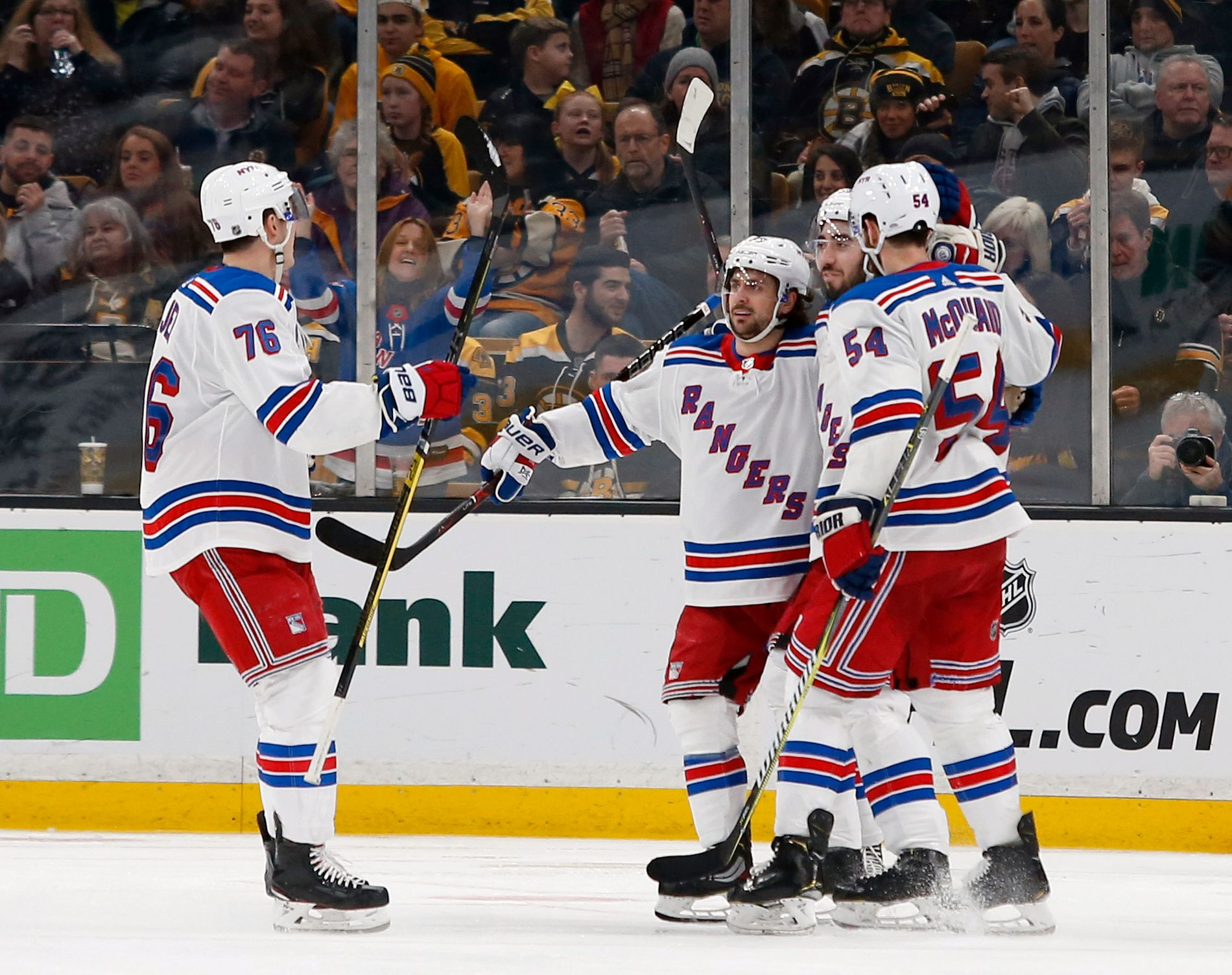 Mats Zuccarello (i midten) jubler for mål i NHL for New York Rangers. Foto: Mary Schwalm, AP / NTB scanpix