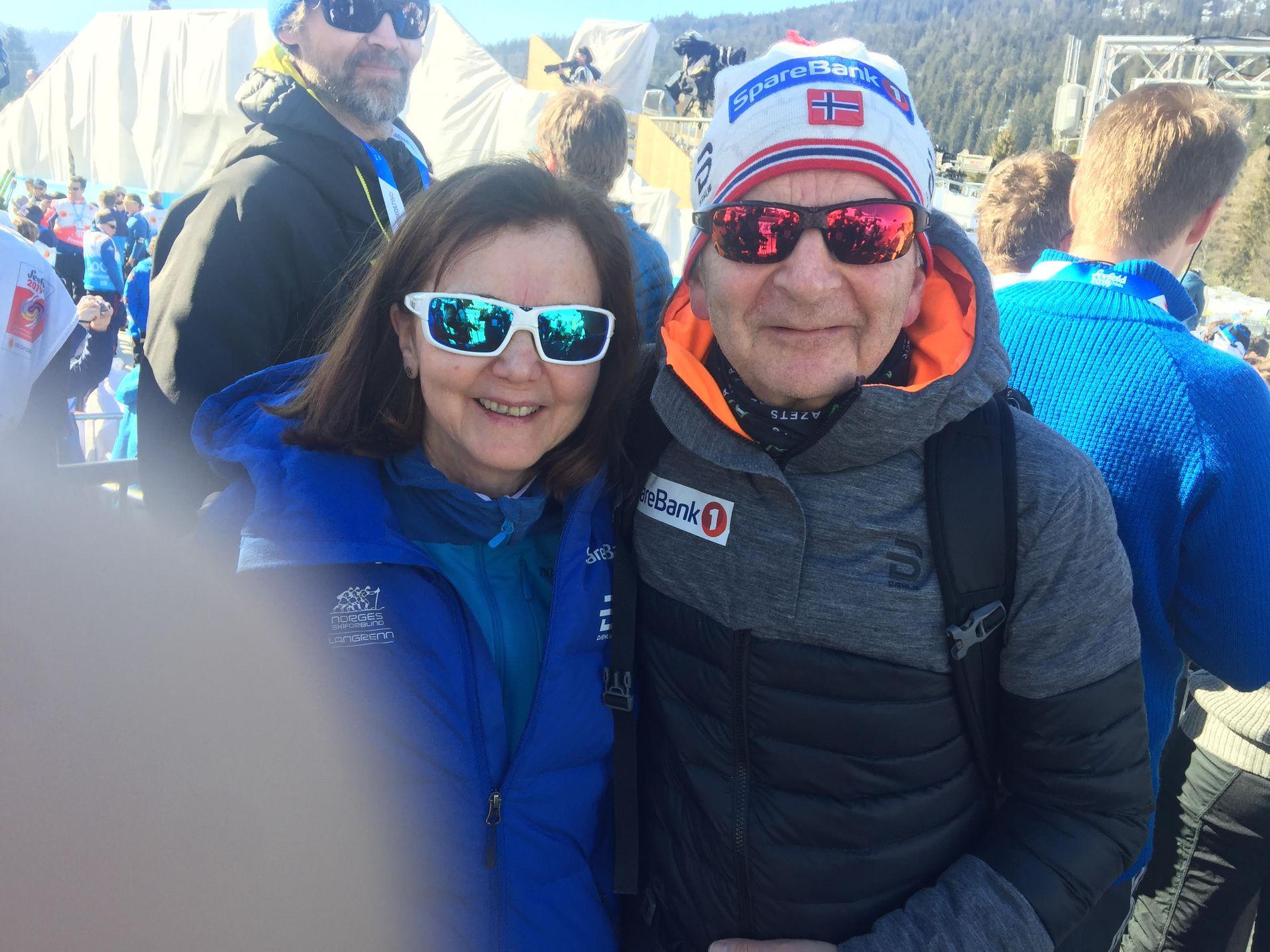 Mor Randi-Kirsten Røthe og far Steinar Røthe etter sønnens gull.