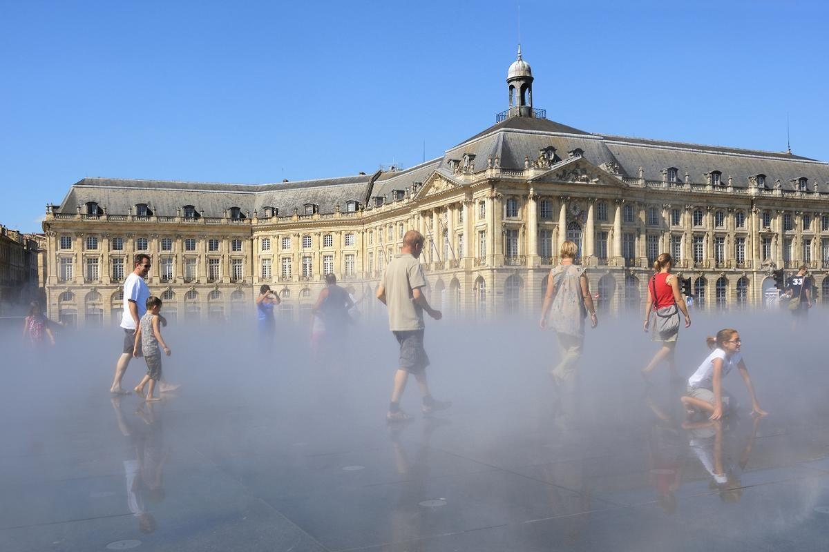 BORDEAUX: Miroir d'eau er verdens største reflekterende basseng. Om sommeren kommer det damp fra det grunne bassenget hvert 15. minutt. (Foto: Christophe Boisvieux / AGE / NTB scanpix)