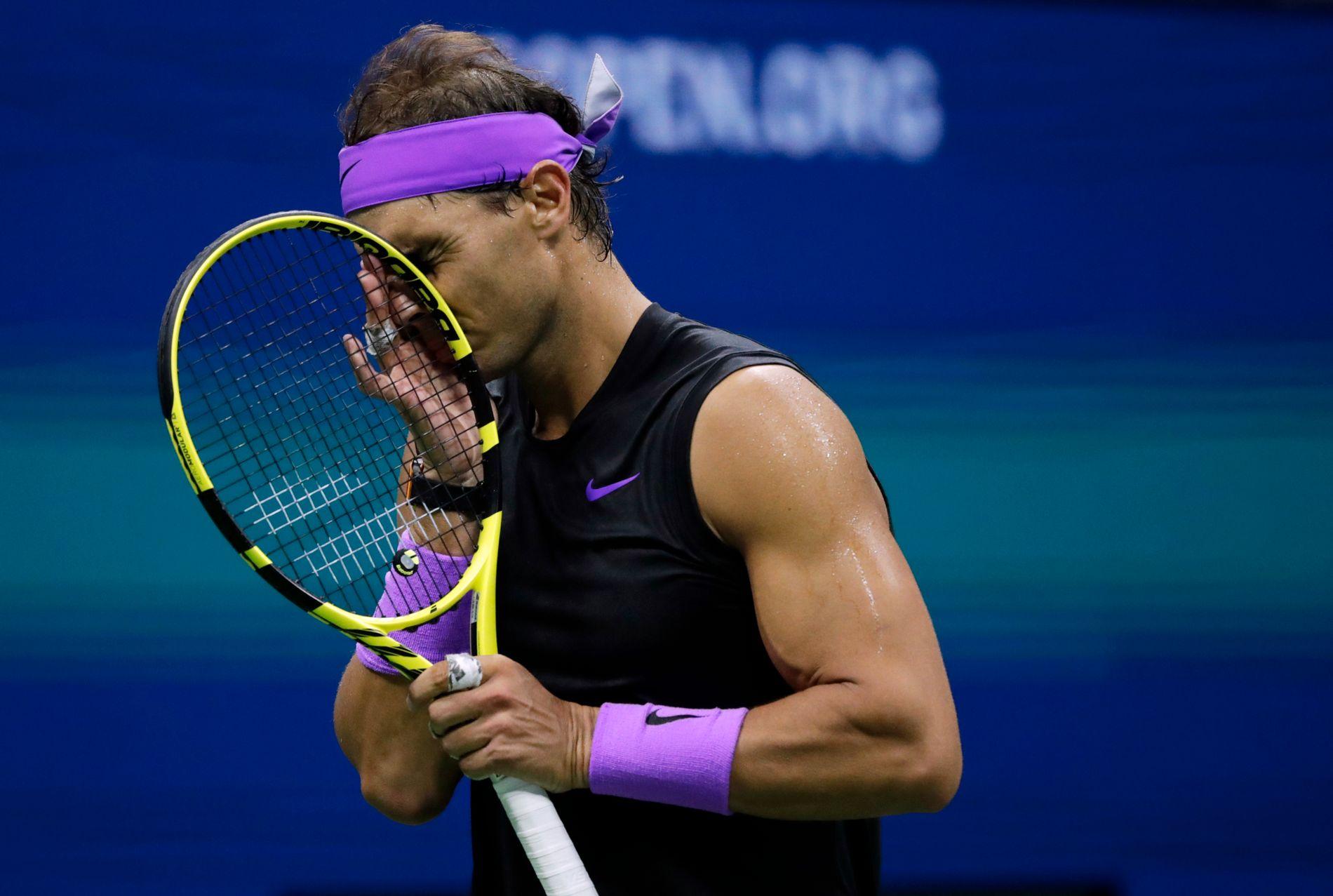 Rafael Nadal fra Spania fikk tøff motstand fra Daniil Medvedev søndag på Arthur Ashe Stadium i New York.